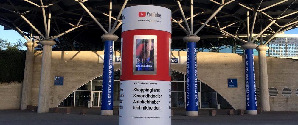 Veloform Media bboxx AdScreenTower mit 4 digitalen Displays. LED Außenwerbung DOOH Werbeträger.