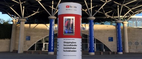 Veloform Media bboxx AdScreenTower mit 4 digitalen Displays. LED Außenwerbung DOOH Werbeträger.