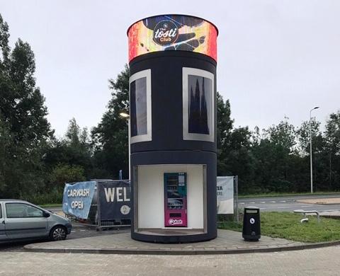 bboxx AdScreenTower mit LED Werbering für die Firma haan in Amsterdam