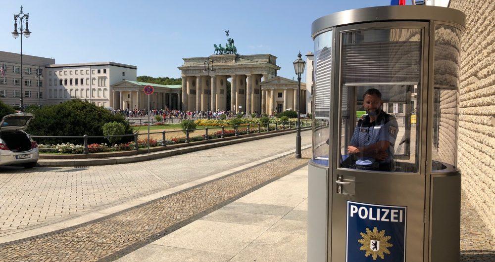 Mobiles Postenhaus von Veloform > bboxx Postenhaus für Berliner Polizei > Eröffnung am Brandenburger Tor