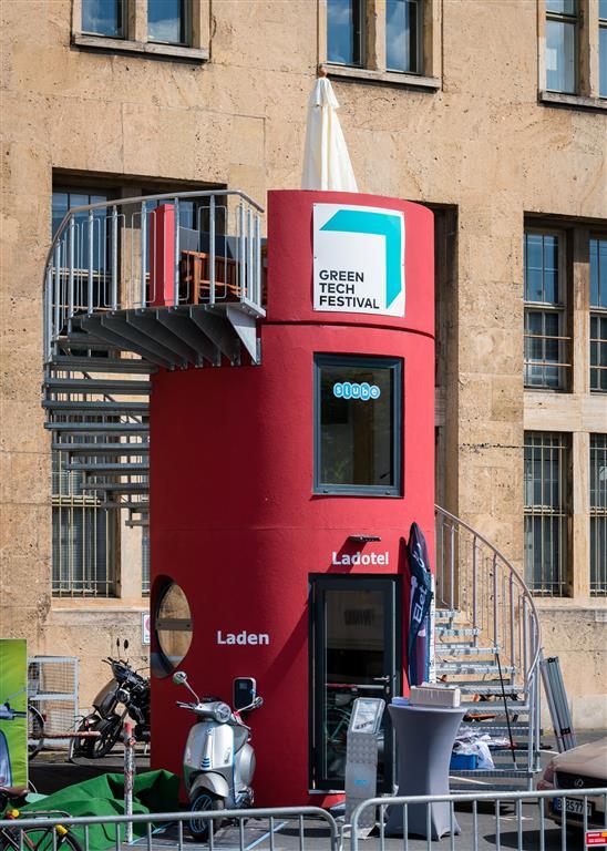 Veloform bboxx slube Hotel mit Ladestation für e-Mobile Ladotel Piaggio Greentech Festival