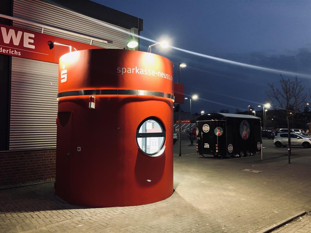 Geldautomat mit Foyer und Trennwand