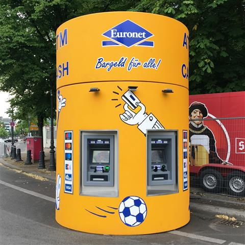 Veloform bboxx Geldautomat Window 2 ATM auf der WM-Fanmeile 2018