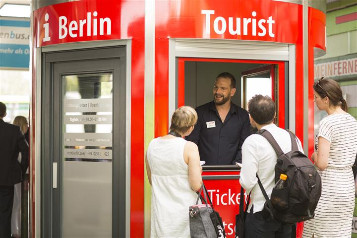 Veloform bboxx Information Booth for VisitBerlin. PHOTO: Dirk Mathesius