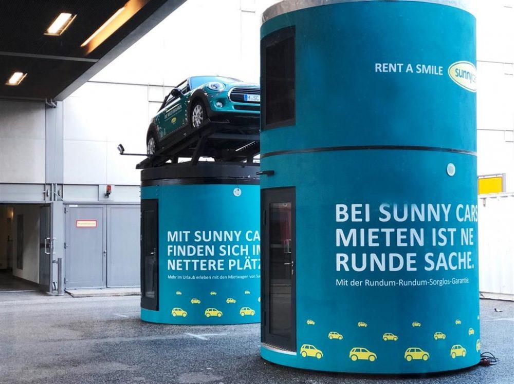 Veloform bboxx Promostand mit Mini auf dem Dach für Messeauftritt ITB Sunnycars