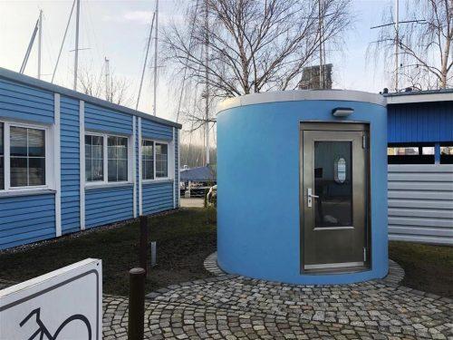 Bei der slube Mini-Hotel Anlage am Yachthafen Greifswald steht jetzt eine bboxx von Veloform als 24h-Check-in für ankommende Boote.